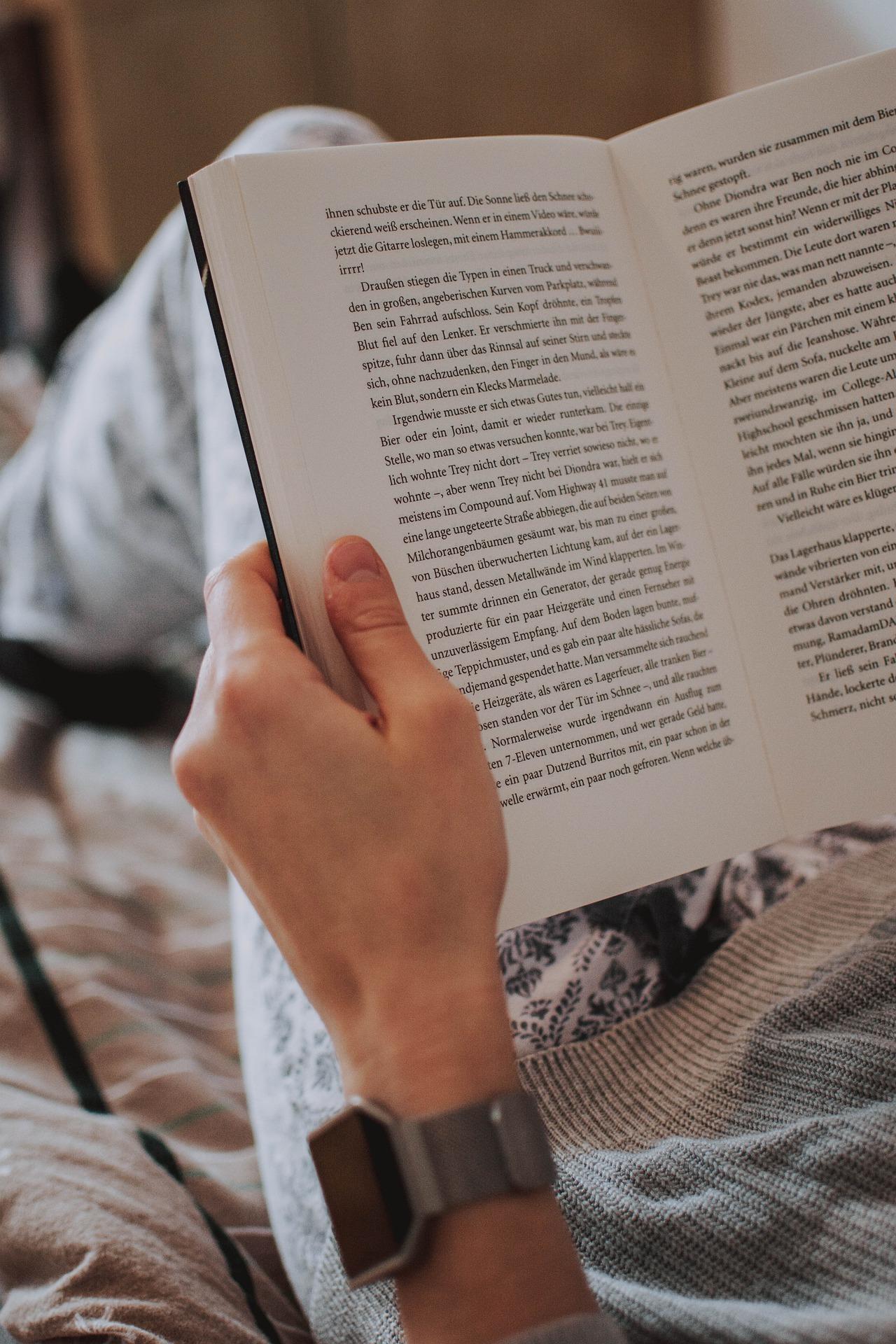 Kleidung beim Lesen und Kinobesuch